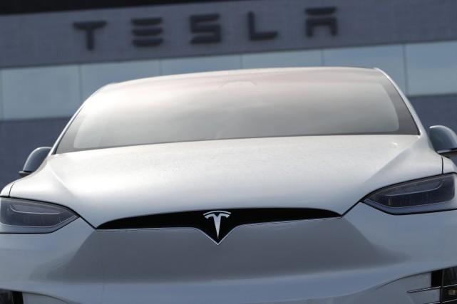 Tesla continue de brûler de l'argent à un... (photo AP)