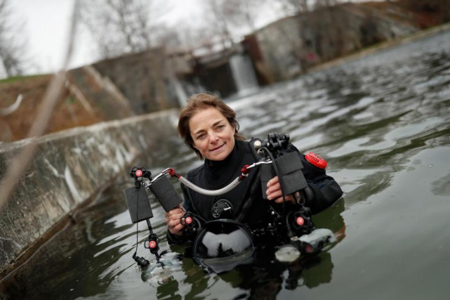 Nathalie Lasselin se prépare à effectuer une plongée... (PHOTO Martin Chamberland, LA PRESSE)