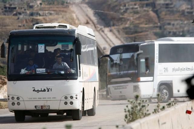 Une soixantaine de bus «transportant des centaines de... (Photo Omar Sanadiki, REUTERS)