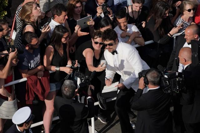 Des contrevenants prennent des égoportraits sur le tapis rouge de Cannes