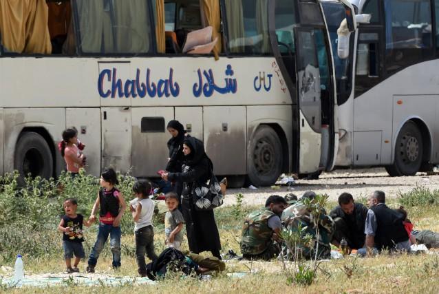 Quinze bus transportant des centaines d'insurgés et leurs... (Photo George Ourfalian, Agence France-Presse)