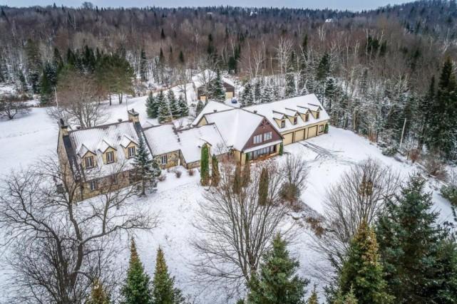 Vue aérienne de la façade de la propriété.... (Photo fournie par Centris)