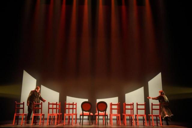 Gilles Renaud et Monique Miller dans Les chaises.... (Photo Yves Renaud, fournie par le TNM)