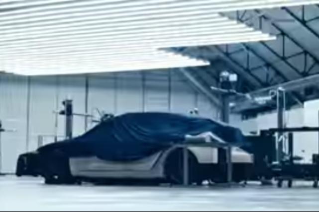 Y a-t-il un Y sous cette bâche ?... (Saisie d'écran d'une vidéo de Tesla Motors)