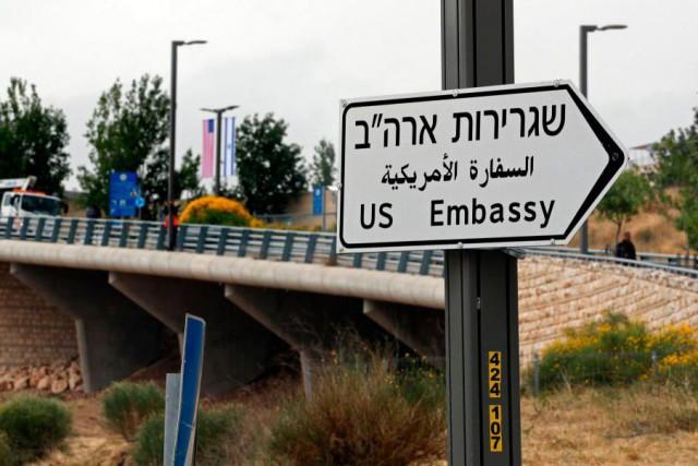 Les panneaux identifiant le chemin à emprunter pour... (PhotoTHOMAS COEX, Agence France-Presse)