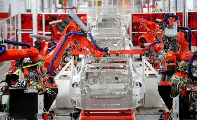 Un poste d'assemblage robotisé sur la chaîne de... (photo REUTERS)