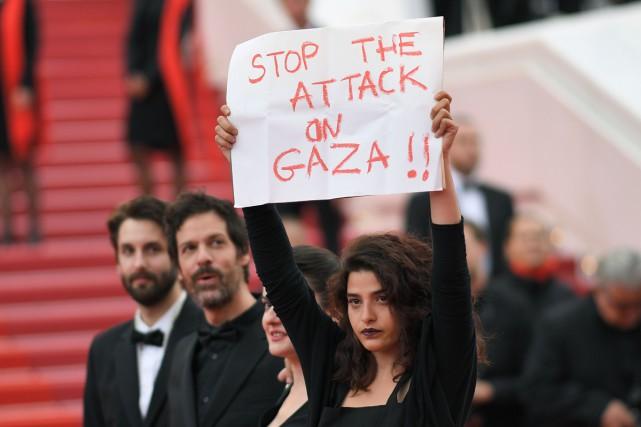 L'actrice libanaise Manal Issa a brandi l'affiche de... (Photo AFP)