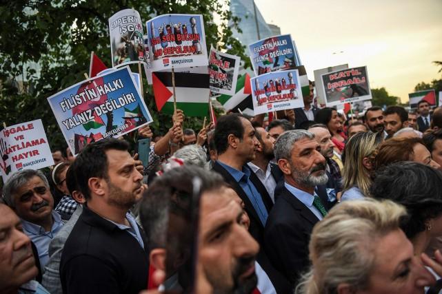 Des manifestants brandissent des pancartes pro-palestiniennes et anti-américaines... (PHOTO AFP)