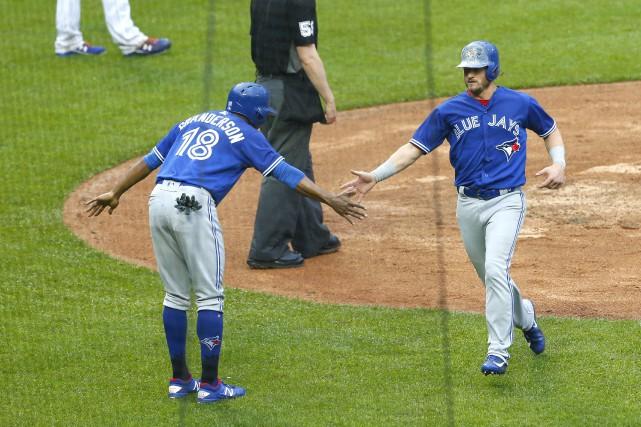 Curtis Granderson félicite le lanceur J.A. Happ en... (PHOTO REUTERS)