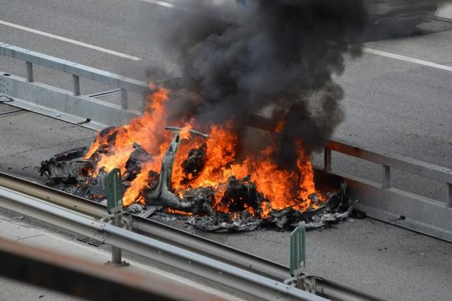 Une Tesla brûle après un accident survenu sur... (Photo Rescue Media, via AP)