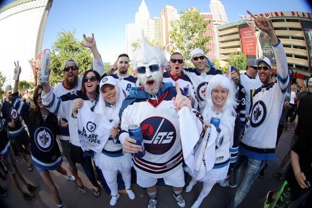 Vêtus de blanc, les supporters de Jets se... (PHOTO PC)