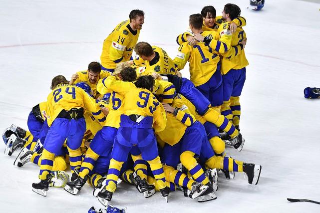 Les Suédois festoient après avoir battu les Suisses... (PHOTO AFP)