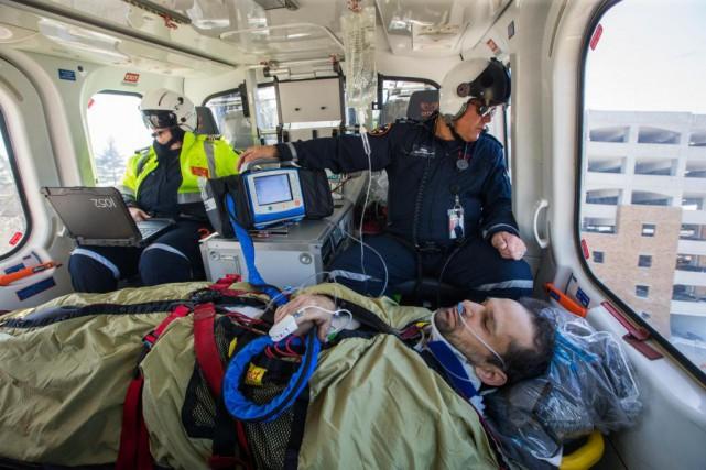 Deux ambulanciers paramédicaux prennent place à bord d'un... (Photo Martin Tremblay, La Presse)