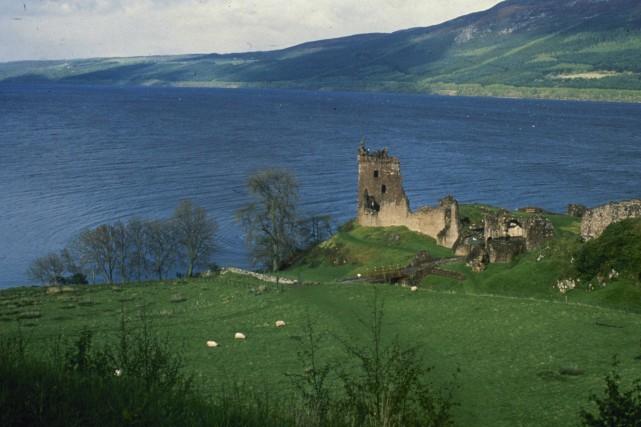 Le château d'Urquhart surplombe le lacLoch Ness, en... (PHOTO ARCHIVES AP)