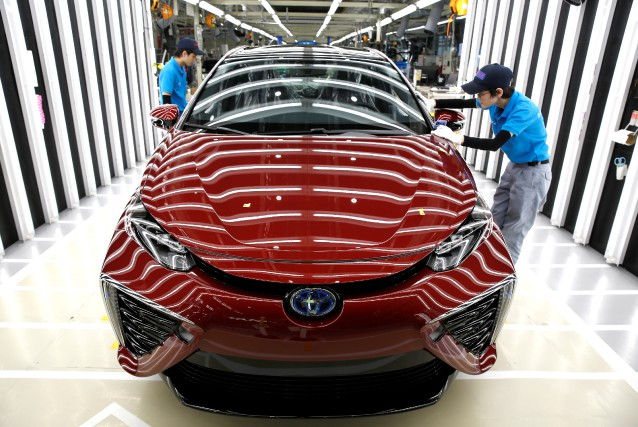 Des employés de Toyota inspectent une Mirai à... (photo REUTERS)