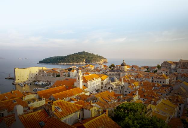 Dubrovnik vue des remparts. À l'arrière, l'île de... (Photo : Claire Bouchard)