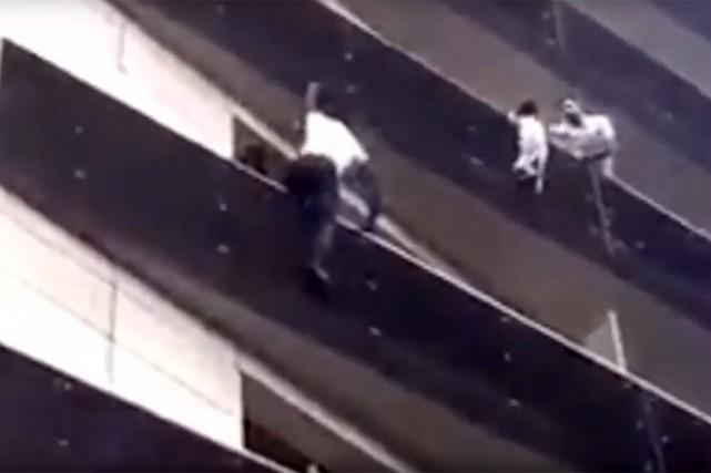 La scène pour récupérer l'enfant qui se trouvait... (Image tirée d'une vidéo sur YouTube)