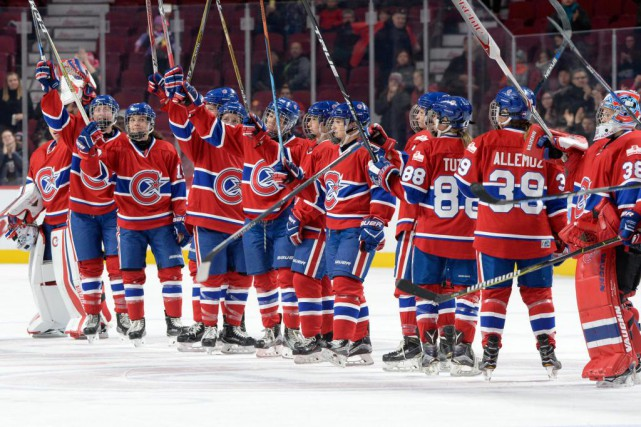 Les joueuses des Canadiennes de Montréal, saluant la... (Photo Bernard Brault, Archives La Presse)