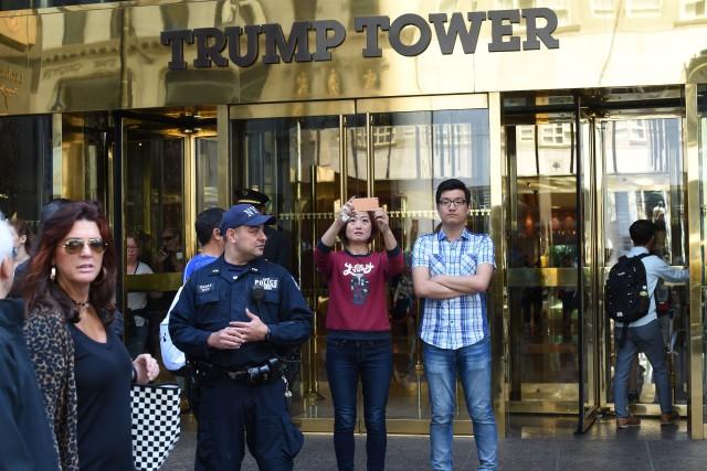 Une touriste prend un selfie devant la Trump... (ARCHIVES AFP)