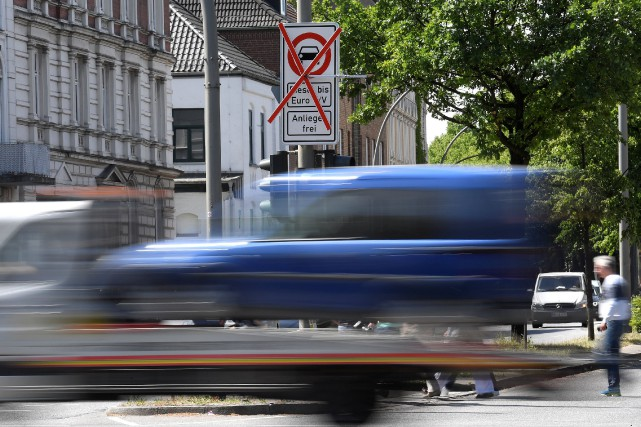 Un camion passe devant un panneau indiquant l'interdiction... (photo REUTERS)