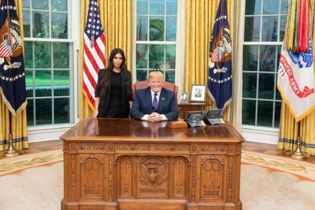 Kim Kardashian en compagnie du président Donald Trump... (Photo tirée du compte Twitter de Donald Trump)