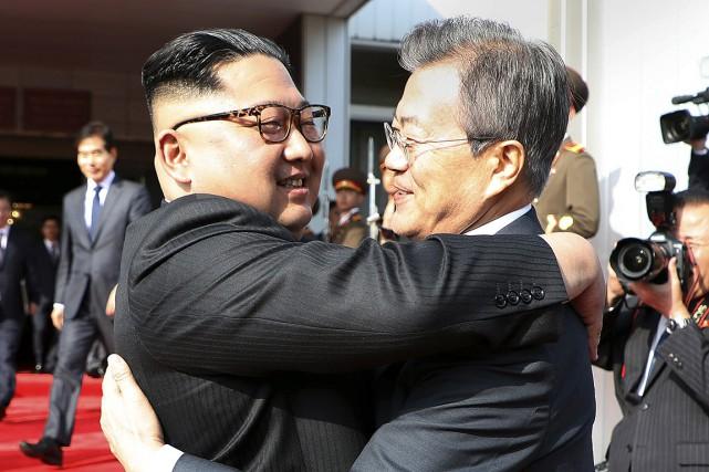 Le dirigeant nord-coréen Kim Jong-un et le président... (Yonhap, South Korea Presidential Blue House via Archives AP)