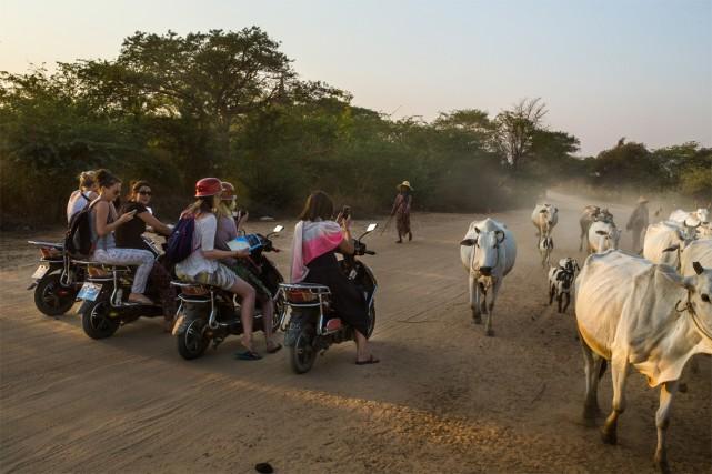 Des touristes en route vers le site archéologique... (PHOTO MINZAYAR OO, ARCHIVES THE NEW YORK TIMES)