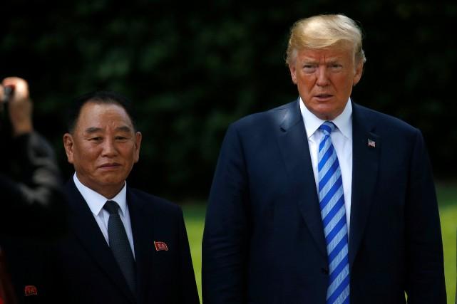 Le général nord-coréen Kim Yong Chol aux côtés... (photo Leah Millis, REUTERS)