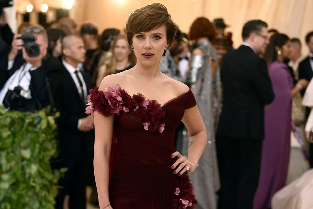 Scarlett Johansson portait une robe pourpre signée Marchesa,... (PHOTO EVAN AGOSTINI, ARCHIVES INVISION/AP)