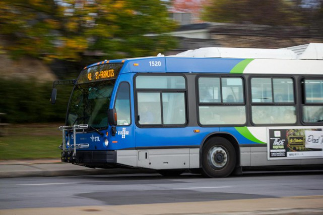 Seuls les autobus du réseau régulier et les... (Photo Hugo-Sébastien Aubert, Archives La Presse)