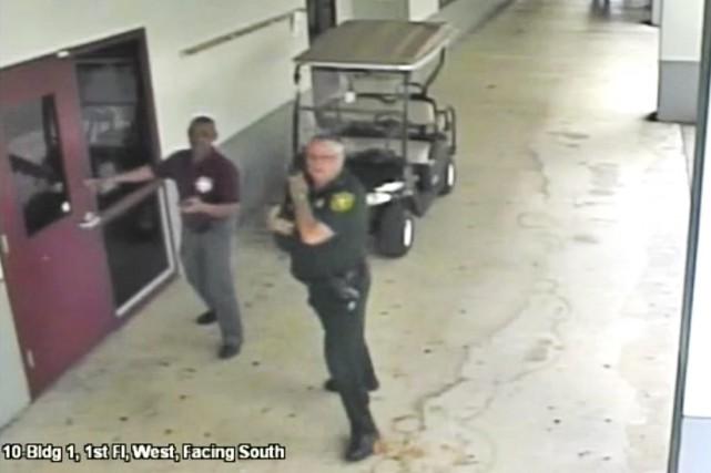 Scot Peterson (au centre) a été limogé, accusé... (Image archives Associated Press)