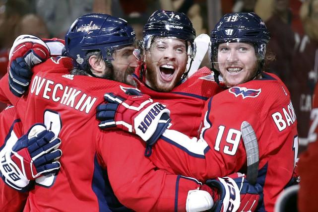 John Carlson (au centre) a célébré son but... (PHOTO AP)