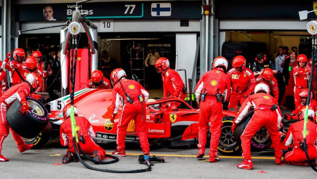 Les écuries Ferrari (notre photo) et Mercedes dominent... (PHOTO SRDJAN SUKI, ARCHIVES AGENCE FRANCE-PRESSE)