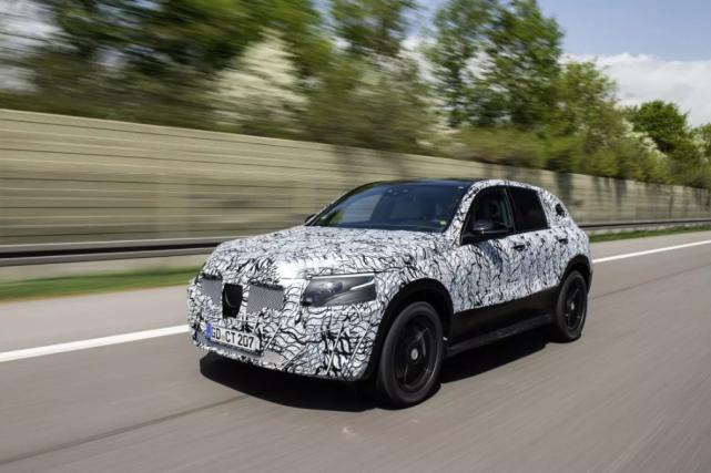 Les véhicules électriques ont beaucoup moins de composantes... (Photo Mercedes-Benz)