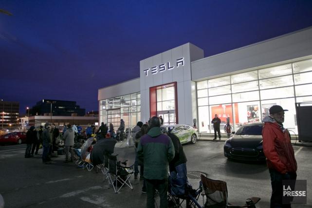 Des dizaines d'acheteurs potentiels ont fait la queue... (photo David Boily, La Presse)