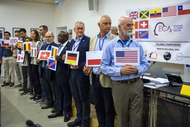 Dans une ambiance pesante, une vingtaine de membres... (Photo Martial Trezzini, Associated Press)