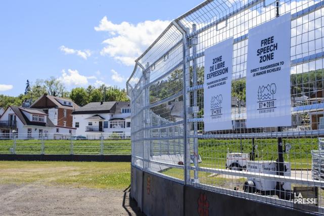 La zone réservée aux manifestations est délimitée d'un... (PHOTO EDOUARD PLANTE-FRÉCHETTE, LA PRESSE)