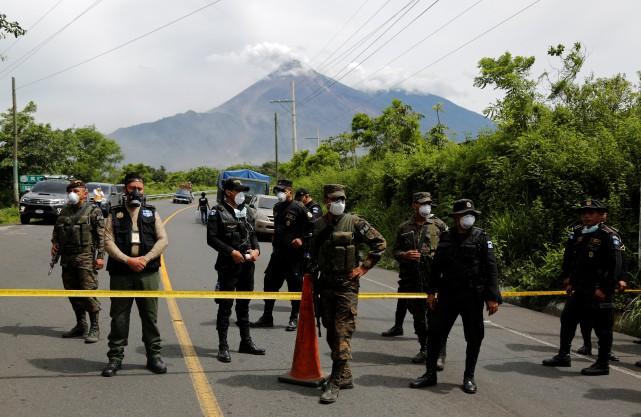Soldats et policiers bloquent l'accès à la zone... (Photo Luis Echeverria, REUTERS)