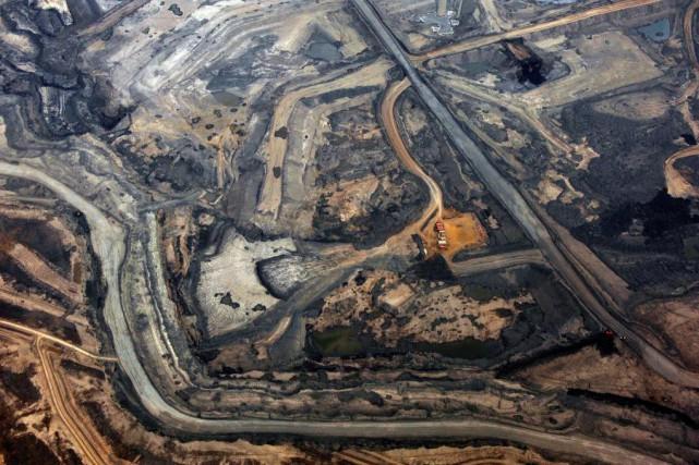 Vue aérienne de la mine de sables bitumineux... (PhotoTodd Korol, Archives Reuters)