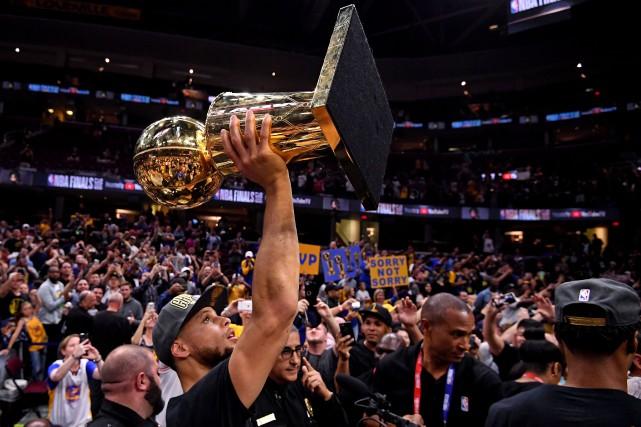 Stephen Curry soulève le trophée du championnat, le... (PHOTO Kyle Terada, USA TODAY Sports)