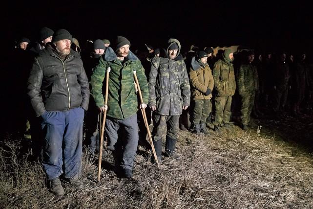 Des prisonniers ukrainiens patientent en ligne avant d'être... (PHOTO VADIM GHIRDA, ARCHIVES ASSOCIATED PRESS)