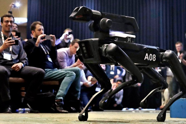 «SpotMini», le chien robotisé qui ouvre les portes... (PHOTO CHARLES KRUPA, ASSOCIATED PRESS)
