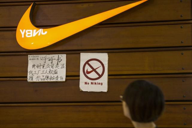 Une affiche dénigrant la marque Nike et offrant... (archives REUTERS)