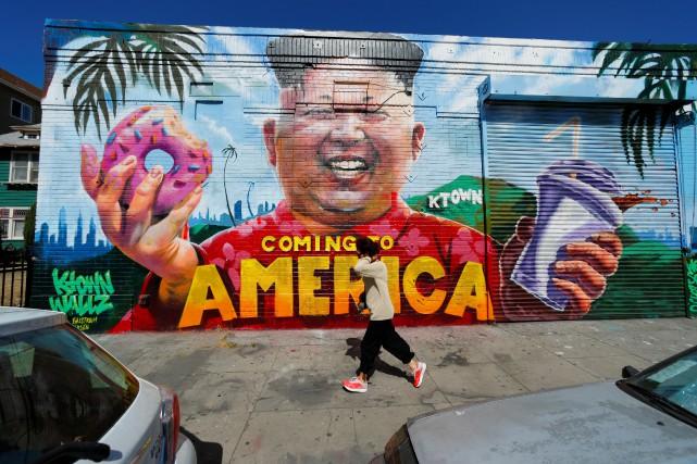 Une murale illustrant Kim Jong-un dans le quartier... (PHOTO REUTERS)
