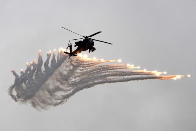 Un hélicoptère AH-64E Apache.... (PHOTO AFP)