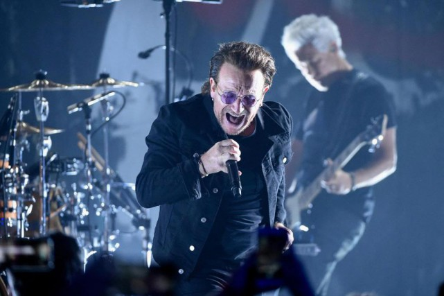 Le chanteur de U2, Bono, lors d'un concert... (Photo Evan Agostini, Invision/Associated Press)