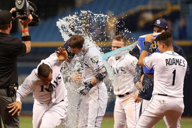 Matt Duffy Recoit Traditionelle Douche Les Rays Concretisent Balayage Des Blue Jays Dick Scanlon Baseball