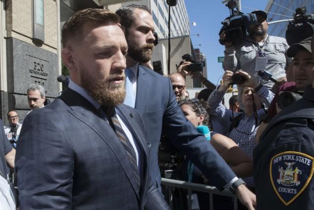 Conor McGregor à sa sortie dutribunal de Brooklyn,... (Photo Mary Altaffer, AP)