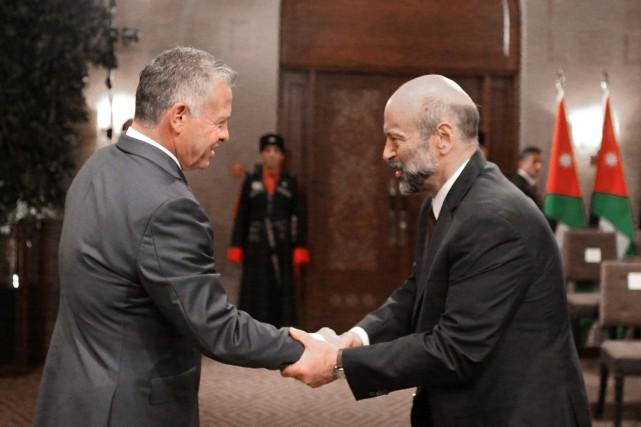 Le nouveau premier ministre Omar al-Razzaz (à droite)... (Photo Reuters)
