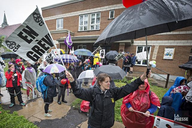 Des grévistes ont manifesté ce matin devant le... (Photo Patrick Sanfaçon, La Presse)